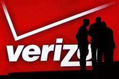 Le titre Verizon Communications figure parmi les valeurs à suivre ce jeudi sur les marchés américains, alors que le groupe envisage une offre de près de 100 milliards de dollars (77 milliards d'euros) en numéraire et en actions afin de racheter à Vodafone sa part du capital de leur filiale commune Verizon Wireless, selon deux sources proches du dossier. /Photo d'archives/REUTERS/Rick Wilking
