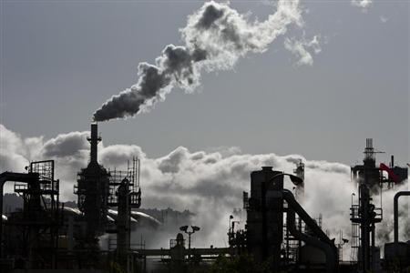 Smoke is released into the sky at the ConocoPhillips oil refinery in San Pedro, California March 24, 2012. Picture taken March 24, 2012. REUTERS/Bret Hartman