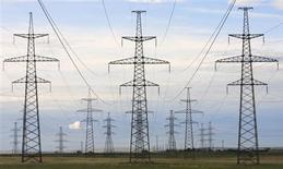 Опоры высоковольтных линий электропередачи, отходящие от Саяно-Шушенской ГЭС около города Саяногорск в республике Хакасия, 24 июня 2008 года. Энергосетевой монополист Россети (бывший Холдинг МРСК) спорит с Минэнерго о праве совмещать транспортировку электроэнергии со сбытом, разделенные во время реформы электроэнергетики: компания хочет оставить за собой лишенные бизнеса энергосбыты, министерство возражает со ссылкой на противоречия идеологии реформирования. REUTERS/Ilya Naymushin