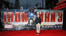 """Stan Lee posa para fotos durante a estréia de """"Homem de Ferro 3"""", no teatro El Capitan, em Hollywood. Franquias cinematográficas baseadas em super-heróis famosos mundialmente costumam dar certo e render milhões. Mas uma mesma doença parece afetá-las no longo prazo: perder a graça e a energia à medida que o tempo passa. 24/04/2013 REUTERS/Mario Anzuoni"""