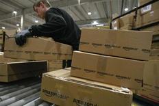 Amazon.com publie jeudi un chiffre d'affaires en hausse de 22% à 16,07 milliards de dollars au titre du premier trimestre, grâce à ses ventes de contenus numériques, de services d'informatique dématérialisée (cloud computing) et d'une hausse des ventes de sa division de commerce en ligne. /Photo d'archives/REUTERS/Fabrizio Bensch