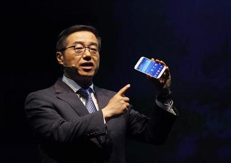Lee Don-joo, head of sales and marketing at Samsung's mobile business, demonstrates Samsung Electronics Co Ltd's latest flagship smartphone S4 during its launch event at the company's headquarters in Seoul April 25, 2013. REUTERS/Kim Hong-Ji