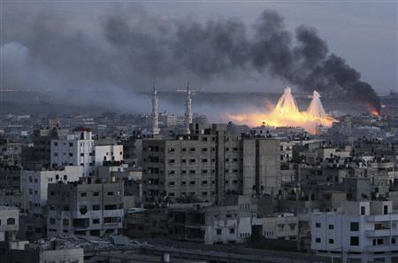 White phosphorus bombs explode over Gaza city during Israel's three week offensive, in this January 8, 2009 file photo. Israel is phasing out white phosphorus munitions whose use to create smokescreens during its 2008-2009 offensive in the Gaza Strip drew international criticism, the military said on April 26, 2013. REUTERS/Mohammed Salem/Files