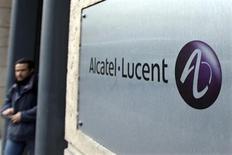 Alcatel-Lucent, qui a accusé une nouvelle perte d'exploitation au titre du premier trimestre, pénalisé par le recul des investissements des opérateurs télécoms qui affecte l'ensemble du secteur, abandonne 2,48% à 12h59. /Photo d'archives/REUTERS/Charles Platiau