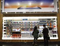 Samsung Electronics affiche une sixième hausse trimestrielle de ses bénéfices alors même que la dernière version de son smartphone Galaxy, qui taille des croupières à l'iPhone d'Apple, n'a pas encore été lancée. /Photo prise le 25 avril 2013/REUTERS/Kim Hong-Ji