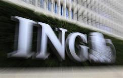 Логотип банка ING у входа в центральный офис группы в Брюсселе 7 ноября 2012 года. Citi покупает у ING кастодиальный бизнес в семи странах Центральной и Восточной Европы, в том числе и России, с общим объемом активов на хранении 110 миллиардов евро, сообщили банки. REUTERS/Yves Herman