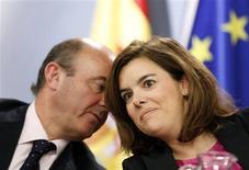 Le ministre espagnol de l'Economie Luis de Guindos (à gauche) et la vice-présidente du gouvernement Soraya Saenz de Santamaria, en conférence de presse à Madrid. Le gouvernement espagnol a revu en forte baisse vendredi ses prévisions économiques, disant anticiper désormais une contraction de 1,3% du PIB cette année au lieu de -0,5% jusqu'à présent, et il a revu à la hausse sa prévision de déficit, à 6,3% contre 4,5%. /Photo prise le 26 avril 2013/REUTERS/Sergio Perez