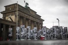 Посвящённая жертвам нацизма экспозиция Diversity Destroyed перед Бранденбургскими воротами в Берлине 30 января 2013 года. 80 лет спустя, немцы снова спорят о нацизме. REUTERS/Thomas Peter