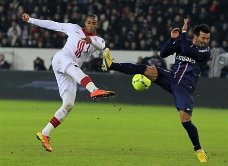 Lille's Djibril Sidibe (L) challenges Paris Saint-Germain's Thiago Motta during their French Ligue 1 soccer match at Parc des Princes stadium in Paris January 27, 2013. REUTERS/Gonzalo Fuentes
