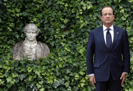 French President Francois Hollande attends as he arrives to meet Italy's Prime Minister Mario Monti at the Villa Madama in Rome September 4, 2012. REUTERS/Alessandro Bianchi