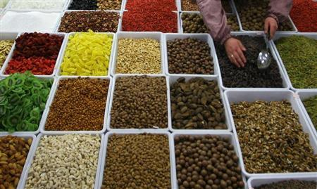 A vendor sells dry fruits and nuts at a market in Lanzhou, northwest China's Gansu province, March 14, 2007. REUTERS/Stringer