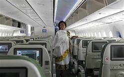 Integrante da tripulação de cabine vestida com traje tradicional dentro de uma aeronave Dreamliner 787 da Ethiopian Airlines, após ter pousado no aeroporto internacional de Jomo Kenyatta, em Nairóbi, capital do Kenya, 27 de abril de 2013. A Ethiopian Airlines se tornou no sábado a primeira companhia aérea do mundo a retomar os voos com o 787 Dreamliner da Boeing, fazendo o primeiro voo comercial de passageiros desde que a frota foi proibida de voar há três meses. 27/04/2013 REUTERS/Thomas Mukoya