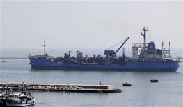 سفينة تعبر قناة السويس قرب بورسعيد يوم 10 مارس اذار 2013 - رويترز