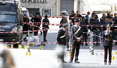 Carabinieri police stand as they patrol around the area where gunshots were fired, in front of Chigi Palace, in Rome April 28, 2013. REUTERS-Remo Casilli