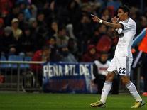 """Футболист """"Реала"""" Анхель Ди Мария радуется голу, забитому в ворота """"Атлетико"""" на игре в Мадриде, 27 апреля 2013 года. Мадридский """"Реал"""" выиграл в субботу столичное дерби у """"Атлетико"""" и сократил отставание от """"Барселоны"""" до 11 очков, хотя за оставшиеся до конца чемпионата Испании пять туров подопечные Жозе Моуринью едва ли успеют догнать лидера. REUTERS/Javier Barbancho"""