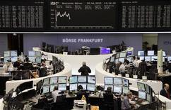 Les Bourses européennes sont en hausse à la mi-séance, les investisseurs comptant sur la Banque centrale européenne et sur la Réserve fédérale pour continuer d'approvisionner les marchés en capitaux peu onéreux afin de soutenir la croissance économique mondiale. À Paris, le CAC 40 gagne 0,63% à 3.834,03 points vers 10h30 GMT. À Francfort, le Dax gagne 0,31% et à Londres, le FTSE est en très légère baisse de 0,02%. /Photo prise le 29 avril 2013/REUTERS/Remote/Marte Kiessling