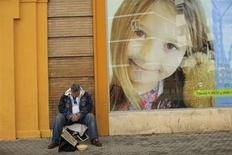 Мужчина сидит подаяния в Севилье, 20 марта 2013 года. Жесткие меры экономии наносят разрушительный вред здоровью жителей Европы и Северной Америки, толкая их к самоубийствам, вызывая депрессию и инфекционные заболевания и сокращая доступ к лекарствам и медицинской помощи, сообщают исследователи. REUTERS/Marcelo del Pozo