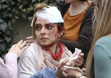Женщина, раненая при взрыве в Праге, 29 апреля 2013 года. По меньшей мере 40 человек пострадали в результате взрыва в центре Праги, повредившего здание, под завалами которого могут находиться еще люди, сообщили находящиеся на месте происшествия журналисты Рейтер и представители экстренных служб Чехии. REUTERS/David W Cerny