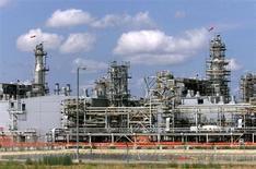 Станция на Карачаганакском нефтегазовом месторождении блих города города Аксай (Казахстан), 1 августа 2003 года. Казахстан, контролирующий затраты на разработку одного из крупнейших в мире нефтегазоконденсатных месторождений - Карачаганака (КПО), отложил расширение проекта на неопределенный срок, не назвав причин.