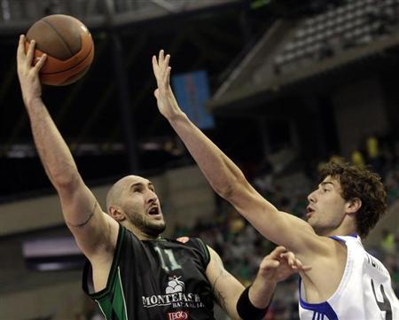 File photo of Ante Tomic (R) trying to block Montepaschi Siena's Milovan Rakovic during their Final Four basketball game at Palau Sant Jordi in Barcelona May 8, 2011. REUTERS/Albert Gea (SPAIN - Tags: SPORT BASKETBALL) - RTR2M55S