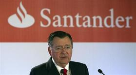 Alfredo Saenz, Chief Executive Officer (CEO) of Spanish bank Santander, speaks during a news conference to present the company's first quarter profit in Boadilla del Monte, near Madrid, April 26, 2012. REUTERS/Sergio Perez