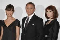 "Actress Gemma Arterton (R) who plays Agent Fields, actor Daniel Craig who plays James Bond and actress Olga Kurylenko who plays Camille pose during a photocall at Pinewood Studios to mark the start of production of the 22nd James Bond film ""Quantum of Solace"", in Buckinghamshire, north of London January 24, 2008. REUTERS/Stephen Hird"