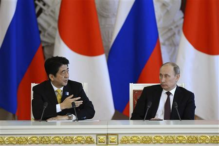 Russia's President Vladimir Putin (R) and Japan's Prime Minister Shinzo Abe attend a news conference after the talks at the Kremlin in Moscow April 29, 2013. REUTERS/Ivan Sekretarev/Pool