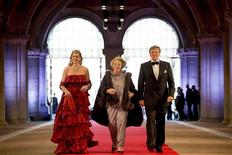 Dutch Crown Prince Willem-Alexander (R), his wife Crown Princess Maxima and Queen Beatrix (C) of the Netherlands arrive at a gala dinner organised on the eve of the abdication of the Queen and the inauguration of her successor King Willem-Alexander at the Rijksmuseum in Amsterdam April 29, 2013. REUTERS/Robin Utrecht/Pool