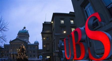 The logo of Swiss bank UBS is pictured in front of the Swiss Federal Palace in Bern January 8, 2010. REUTERS/Michael Buholzer