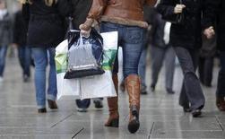 Le moral du consommateur allemand s'est nettement amélioré en mai pour atteindre son meilleur niveau depuis octobre 2007, selon le cabinet d'études GfK. /Photo d'archives/REUTERS/Johannes Eisele