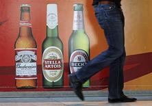 Anheuser-Busch InBev, le premier brasseur mondial, a abaissé sa prévision de croissance pour 2013 au Brésil, son second marché après les Etats-Unis, après avoir dégagé un bénéfice inférieur aux attentes au premier trimestre. /Photo d'archives/REUTERS/Yves Herman