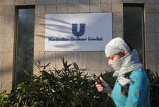 Devant le siège de Hindustan Unilever à Bombay. Unilever a annoncé une offre d'un montant équivalent à 4,11 milliards d'euros pour porter jusqu'à 75% sa part dans sa filiale indienne. /Photo prise le 29 avril 2013/REUTERS/Danish Siddiqui