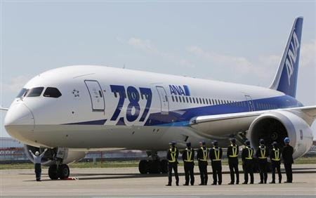 Employees of All Nippon Airways (ANA) queue in front of the company's Boeing 787 Dreamliner plane after its test flight at Haneda airport in Tokyo April 28, 2013. Picture taken April 28, 2013. REUTERS/Yuya Shino