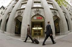 En dépit d'une légère baisse, les résultats d'UBS se sont avérés meilleurs que prévu au titre du premier trimestre, grâce à une forte hausse des revenus de trading pour compte propre et à une progression de l'activité de gestion de fortune. /Photo prise le 30 avril 2013/REUTERS/Arnd Wiegmann