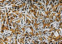 Imperial Tobacco, quatrième fabricant mondial de cigarettes par le chiffre d'affaires, étudie la possibilité d'une diversification dans les cigarettes électroniques après une baisse de ses résultats sur les six mois à fin mars. /Photo d'archives/REUTERS/Petr Josek
