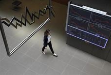 Женщина проходит мимо информационного табло на бирже в Афинах, 16 мая 2011 года. Европейские акции движутся разнонаправленно, ранее во вторник поднявшись до максимума 4,5 лет на фоне ожиданий новых стимулирующих мер центробанков. REUTERS/John Kolesidis