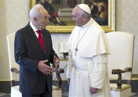 Pope Francis (R) talks with Israeli President Shimon Peres during a private meeting at the Vatican April 30, 2013. REUTERS/Ettore Ferrari/Pool