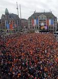População celebra o novo rei holandês, Willem-Alexander, na praça Dam, em Amsterdam. A rainha Beatrix, da Holanda, abdicou nesta terça-feira em favor do seu filho primogênito, Willem-Alexander, que se tornou o primeiro rei da Holanda em mais de 120 anos. 30/04/2013. REUTERS/Kevin Coombs