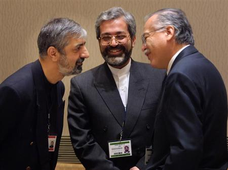Chairman of the Group of 77, Ambassador Bagher Asadi, (L) and Mohsen Nourbakhsh, Governor of the IMF for Iran (C), talk with outgoing Chairman German Suarez of Peru at a Group of 24 ministers meeting at the International Monetary Fund spring session in Washington April 28, 2001.