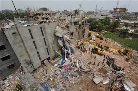 A view of rescue workers attempting to find survivors from the rubble of the collapsed Rana Plaza building in Savar, around 30 km (19 miles) outside Dhaka April 30, 2013. REUTERS/Khurshed Rinku
