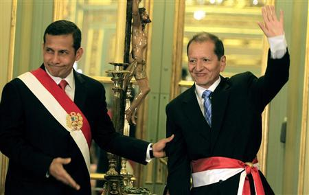 Peru's President Ollanta Humala (L) greets Mines and Energy Minister Jorge Humberto Merino during the swearing-in ceremony of the new cabinet at the Government Palace in Lima December 11, 2011. REUTERS/Pilar Olivares