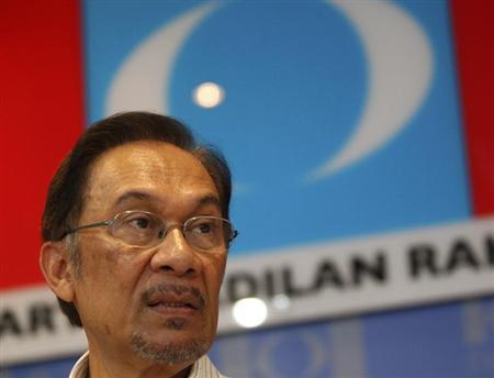 Malaysia's opposition leader Anwar Ibrahim speaks during a news conference ahead of the elections in Damansara, outside Kuala Lumpur April 29, 2013. REUTERS/Stringer