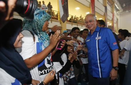 Malaysia's Prime Minister Najib Razak (R) is greeted by youngsters after launching the ''Voices of My Generation'' youth programme in Kuala Lumpur April 12, 2013. REUTERS/Bazuki Muhammad