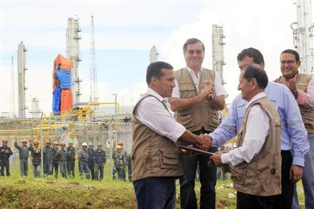 Peru's President Ollanta Humala (L) and Energy Minister Jorge Merino shake hands after a symbolic agreement which marks the natural gas from Block 88 for domestic use at the Camisea project in the Amazon jungle in Cuzco, April 3, 2012. REUTERS/Enrique Castro-Mendivil
