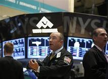 Wall Street a ouvert en légère baisse mercredi, alourdie par les résultats décevants du groupe pharmaceutique Merck et en attendant l'issue du comité de politique monétaire de la Fed. Quelques minutes après l'ouverture, le Dow Jones perd 0,41%. Le Standard & Poor's 500 recule de 0,32% et le Nasdaq cède 0,10%. /Photo prise le 30 avril 2013/REUTERS/Brendan McDermid