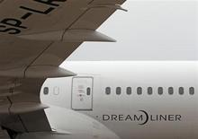 Qatar Airways a annoncé qu'elle recevrait des compensations de la part de Boeing pour l'immobilisation forcée du 787 Dreamliner pendant trois mois. Le dernier né de la gamme du constructeur aéronautique a été cloué au sol en janvier par les autorités de régulation du monde entier après deux incidents liés au batteries lithium-ion de l'appareil. /Photo d'archives/REUTERS/Heinz-Peter Bader