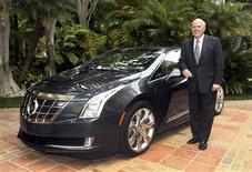 Le directeur général de General Motors, Dan Akerson. Les trois grands constructeurs américains ont fait état mercredi de ventes supérieures aux attentes en avril, à la faveur de livraisons soutenues de pick-ups et de 4x4 compacts, ce qui devrait se traduire par un sixième mois d'affilée de hausse du marché automobile aux Etats-Unis. /Photo prise le 30 avril 2013/REUTERS/Cadillac News Photo/Handout