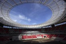 Le stade national Mane Garrincha à Brasilia qui accueillera le Mondial 2014. La police brésilienne a annulé une commande de 17.000 imperméables destinés à protéger les agents chargés de faire régner l'ordre pendant la Coupe du monde de football 2014, qui se déroulera en pleine saison sèche. /Photo prise le 28 avril 2014/REUTERS/Ueslei Marcelino