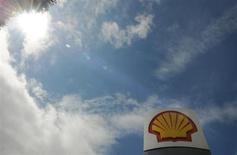 Shell a dégagé sur les trois premiers mois de l'année un bénéfice ajusté de 7,5 milliards de dollars (5,7 milliards d'euros), contre 7,3 milliards il y a un an et un consensus d'environ 6,5 milliards. /Photo d'archives/REUTERS/Toby Melville