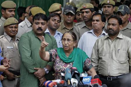 Dalbir Kaur, sister of Sarabjit Singh, who was convicted of spying for India and sentenced to death in Pakistan, speaks with the media in New Delhi May 2, 2013. REUTERS/Anindito Mukherjee